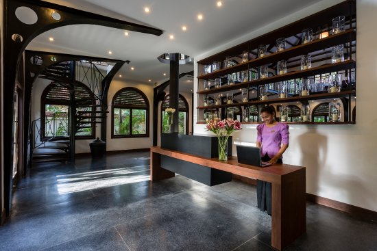 Heritage Suites Hotel: Our front desk attendants welcomes you to our House