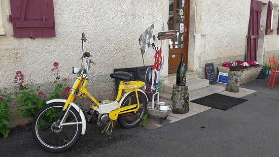 Vandenesse-en-Auxois, France: L'entrée du resto, humour et mobylette au menu !