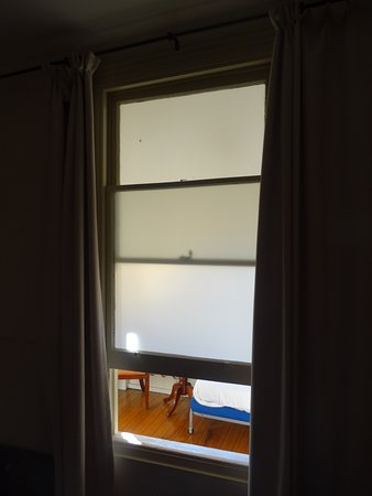 Deloraine, Australien: bedroom window leads to next door room