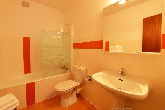 Salle de bains avec baignoire et wc - Picture of Hotel Restaurant Le ...