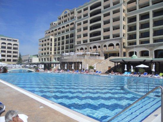 Sol Nessebar Palace: vue sur la piscine et le bâtiment de l'hôtel