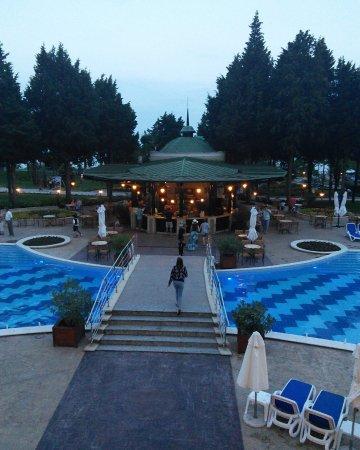 Sol Nessebar Palace: La piscine et le pool bar en soirée