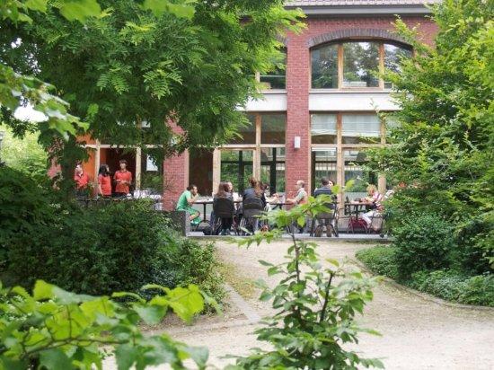Schaerbeek, Bélgica: Le Pavillon dans la verdure du parc Reine-Verte