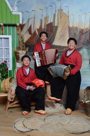 Betere Een bekende band uit Indonesië op de foto in Volendamse BR-09