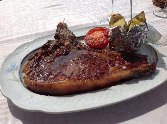 Miguel : Chuletón de 500 gr con una patata asada y medio tomate a la plancha.