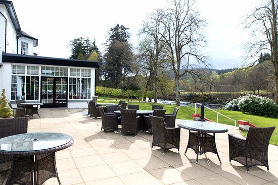 Dunkeld House Hotel : Patio looking out over the lawn towards the river