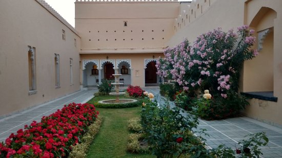 Sardargarh Heritage Hotel: Well maintained garden