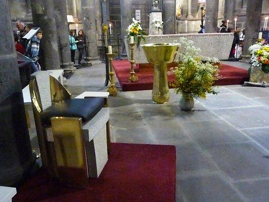 Orcival, France : L'autel
