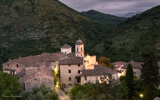 Pico, l'antica borgata adiacente la Chiesa Parrocchiale fotografata    dalla Torre  dell'Orologi