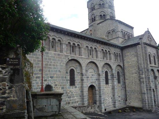 Orcival, Francia: La basilique vue de côté