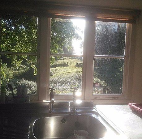 Chalford, UK: Washing up....no problem with this morning view!