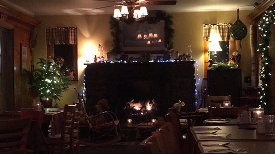 Keene Valley Ausable Inn: Cozy fireplace in winter