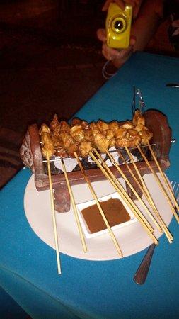 Casa Bella Restaurant: Banán turmix az olyan jó, hogy megáll benne a szívószál. A satay tálalása a mini grillen az vala