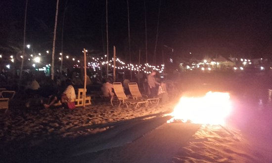 Cathy's Ocean View Bar and Grill: Bonfire next door on a Thursday night
