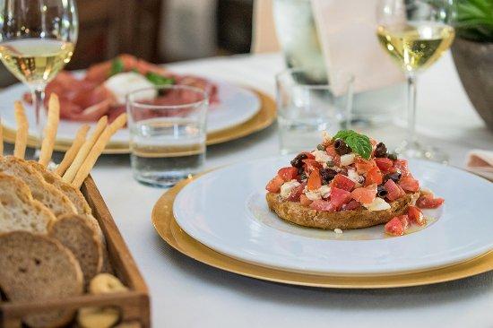 Trattoria La Fricca : Frisella integrale alla greca con pomodorini, Feta, cetriolo fresco, olive, capperi e cipolla.