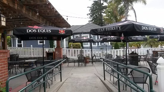 Arroyo Grande, CA: Al fresco dining on the patio with  excellent sandwiches,12 draft beers, and local wines
