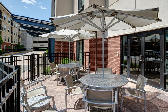 ‪‪Brentwood‬, ‪Missouri‬: Flexible spaces to relax or meet. Enjoy our outdoor patio and soak in the Midwest sunshine.‬