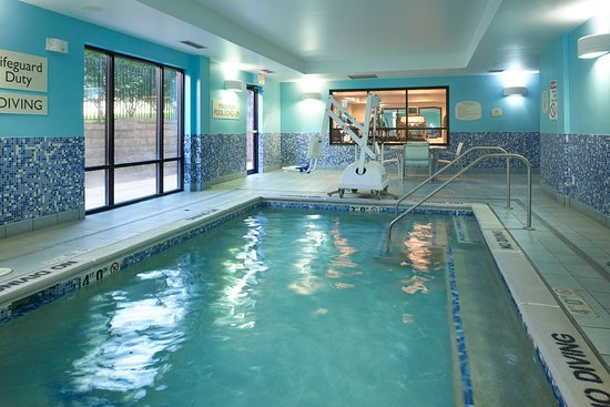Brentwood, MO: Enjoy a refreshing dip or watch the kids make a splash in the indoor pool.