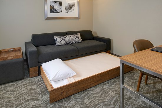 Brentwood, Миссури: Relax on our new West Elm sofas or pull-out the trundle bed to make room for one more guest.