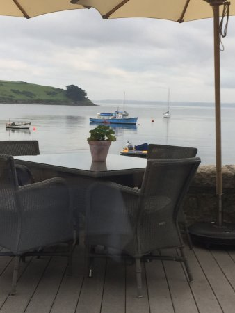 St Mawes, UK: Outdoor seating overlooking the bay