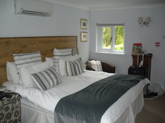 The Mill at Glynhir: The AMAZING bed with all the great pillows