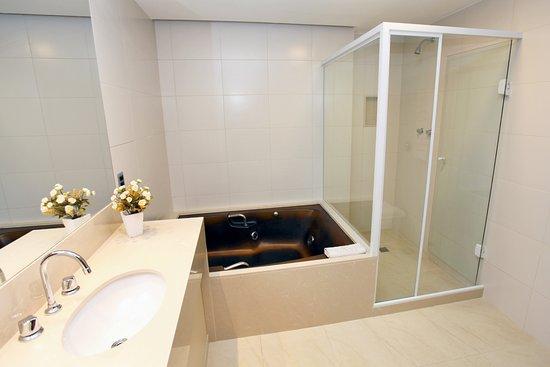 Mengo Palace Hotel: Os banheiros das suítes são equipados com uma relaxante banheira de Hidro