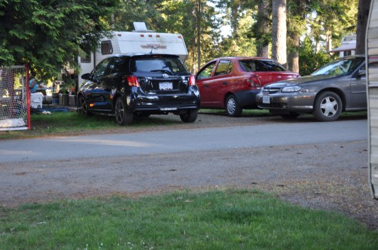 Black Creek, Canadá: Three cars, five kids. Note the grass cut around the Yaris.