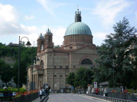La chiesa parrocchiale San Quirico e Paolo vista da Dogliani Bassa
