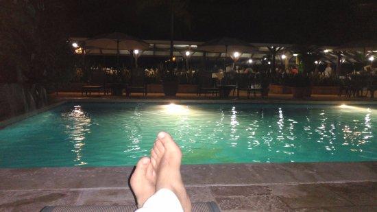 Mawamba Lodge: Piscina, por la noche.