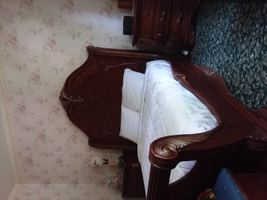Elgin, Орегон: Deluxe luxury room with queen bed. Located upstairs with shared bath downstairs. This room will