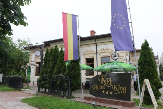 Hotel King: Pub at the front entrance towards the hotel