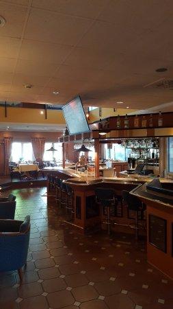 Hilden, Tyskland: Bar mit Übergang zum Speiseraum