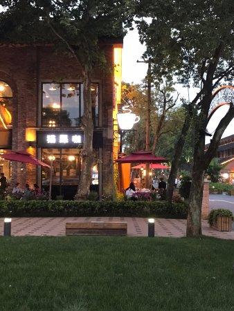 Jingdezhen, Китай: Por la noche, toda la zona de restaurantes y galerías se va llenando