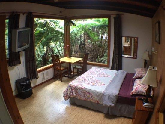 Volcano Inn: Corner Window Suite