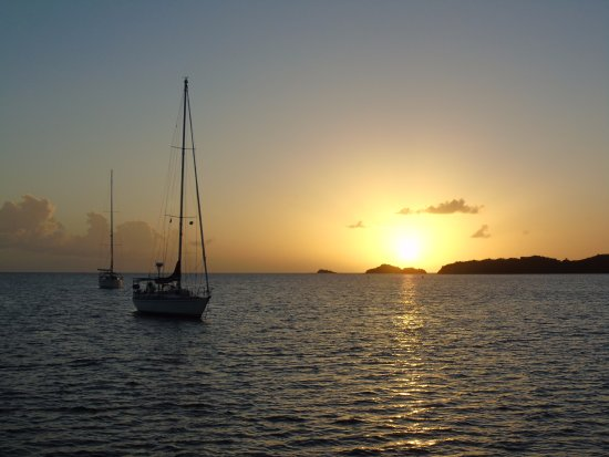 Jolly Harbour, Antigua: The beautiful sunset between the cliffs/mountains!