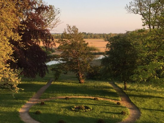 Ribnitz-Damgarten, Tyskland: View at sunset over some of the gardens and the river.