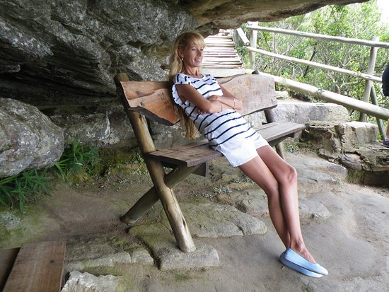 Lake Eland Game Reserve, Afrika Selatan: Relaxing at the bushman's cave. Bushman paintings on the rocks.