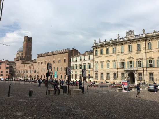Piazza sordello with hotel foto di hotel dei gonzaga for Piazza sordello