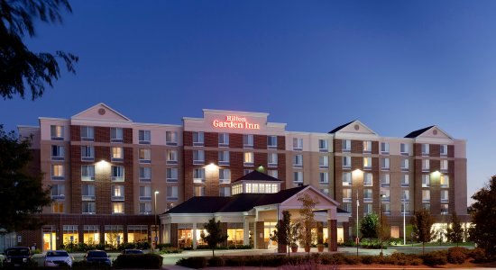 Hilton Garden Inn Schaumburg: Hotel Exterior at Night