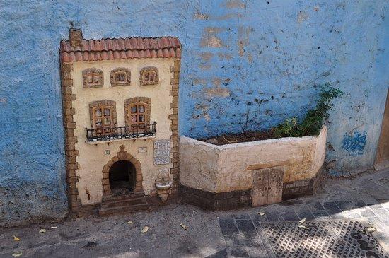 Valencia Explorers: Cat Door Into Building