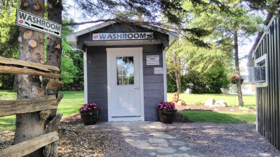 Lindsay, Canadá: New and improved washroom! We were sick of the porta potty too ;)