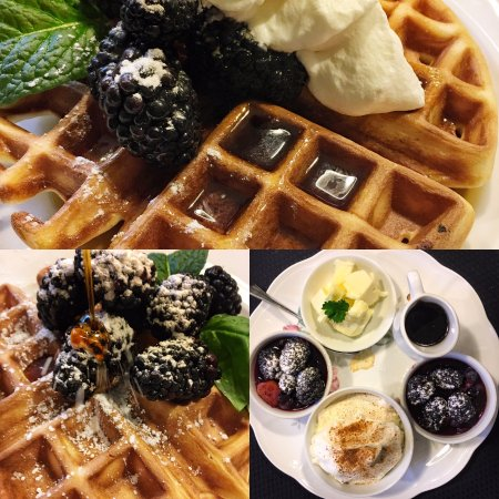Abigail's Bed and Breakfast Inn: Buttermilk Waffles and all the trimmings here at Abigail's