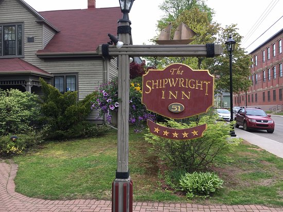 Shipwright Inn: From the street