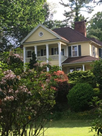 Foto de The Yellow House on Plott Creek Road