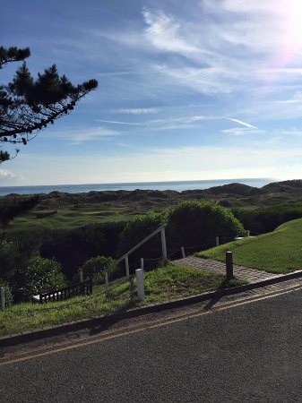 Aberdyfi (Aberdovey), UK: Lovely view from the hotel grounds to the beach and beyond