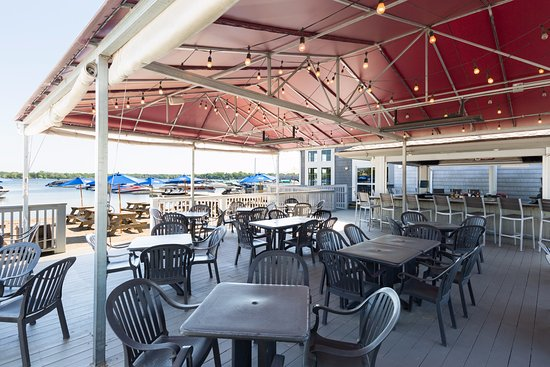 Wauconda, IL: Lindy's Beach Club: deck seating