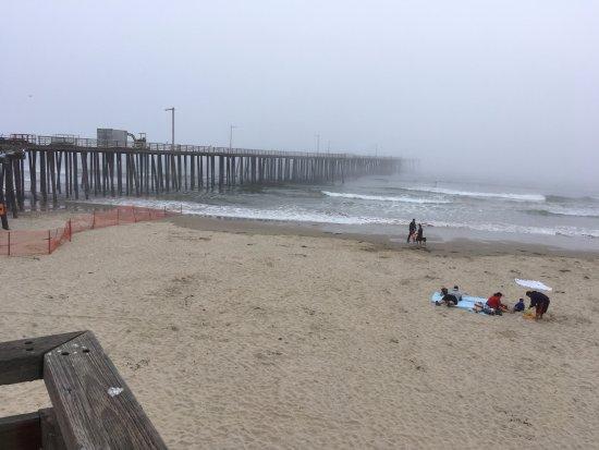 Shell Beach, CA: Pier da Praia de Pismo Beach, com muita nevoa