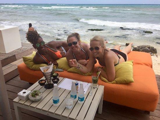The Carmen Hotel: Drinks by the ocean