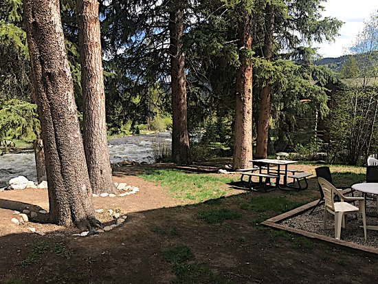 Rapids Lodge Restaurant: Outdoor riverside seating