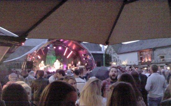 The Court Yard Hotel: concert dans la cour de l'hotel